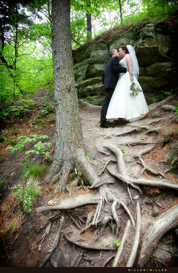 beautiful starved rock wedding photos kiss